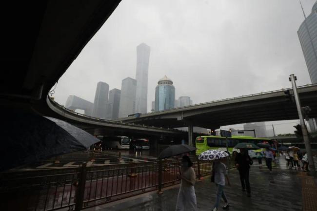 北京暴雨冲上热搜!今天的雨有多大→