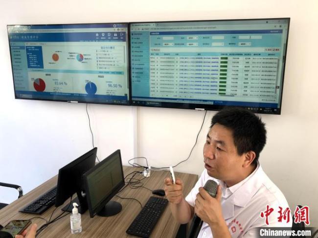 三明市将乐县总医院万安分院院长饶观音介绍医院使用的健康管理平台。 李纯 摄