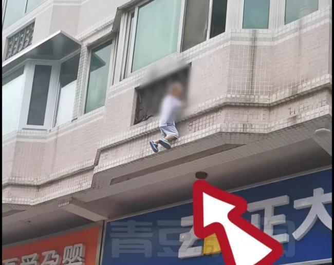 眼看3岁男童要坠楼,她扯下窗帘与邻居一起救援