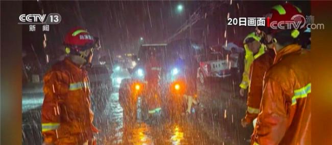 暴雨中又见温暖的橙黄色身影 直击河南郑州消防救援现场