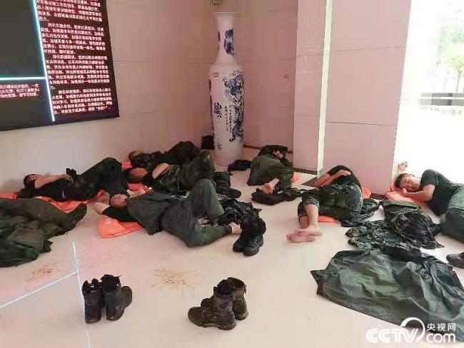 """河南郑州:抗洪一线的""""最美睡姿"""""""