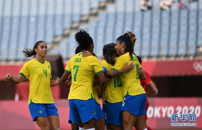 7月21日,巴西队球员在比赛中庆祝进球。