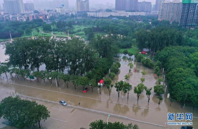 河南新乡:暴雨致市区内涝严重 交通基本瘫痪