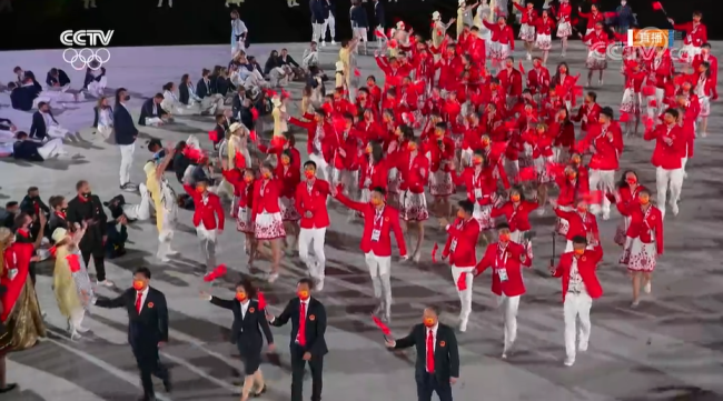 东京奥运会开幕 朱婷赵帅高擎国旗引领代表团入场