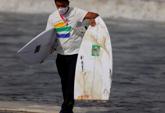 巴西男选手比赛时冲浪板断裂 未受影响仍获冠军