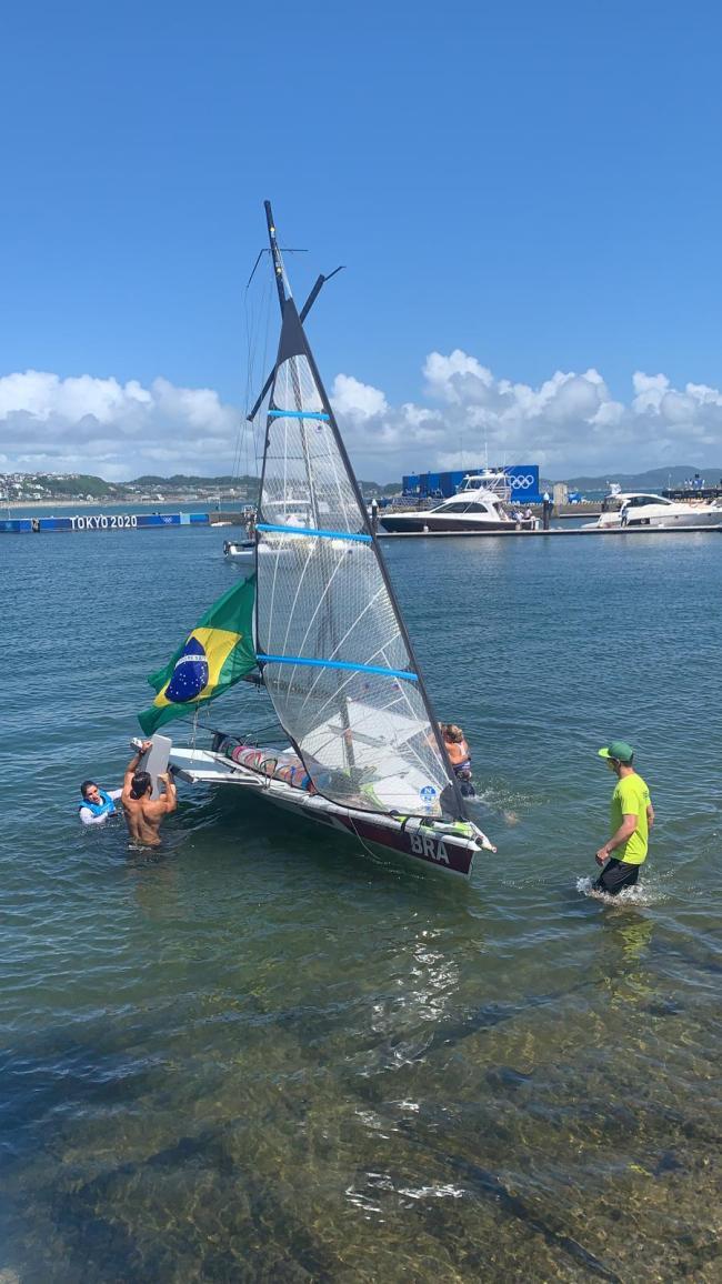 巴西帆船赛选手庆祝夺冠时翻船 2人双双落水