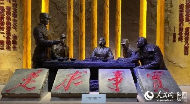 """延安革命纪念馆陈列的""""实事求是""""石刻。人民网白鸽摄"""