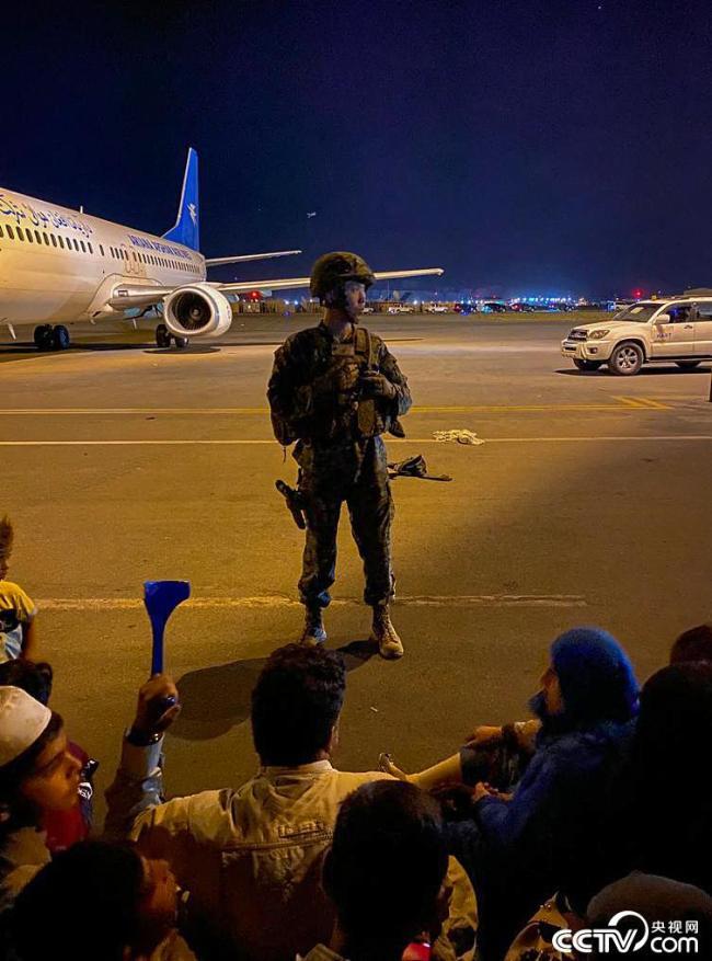 阿富汗民众涌入喀布尔机场逃离