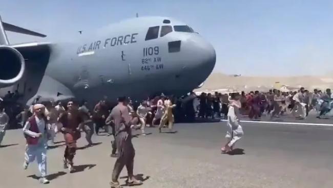 阿富汗人紧跟美国军机奔跑 印媒:被美国无情抛弃