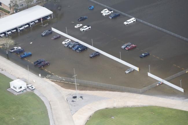 """航拍美国路易斯安那州飓风灾区 大面积房屋被淹成""""泽国"""""""