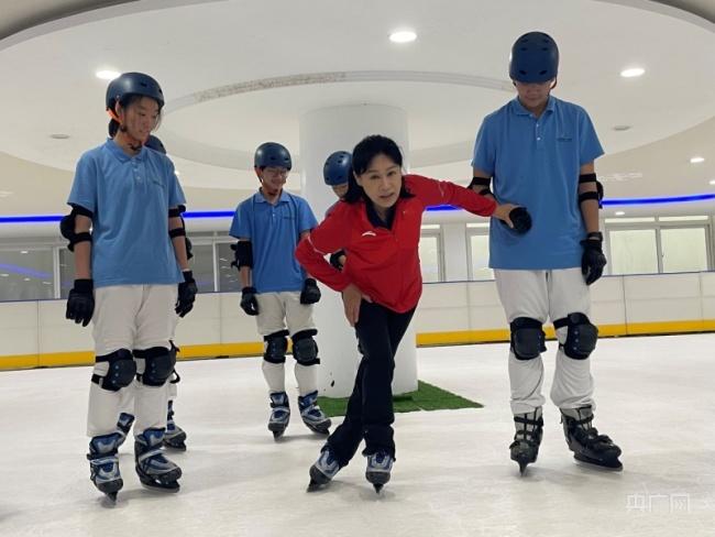 """速滑世界冠军叶乔波的""""开学第一课"""":做最好的自己 我们都是冠军"""