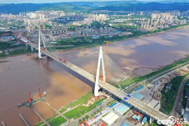 世界最大跨度钢桁梁斜拉桥合龙
