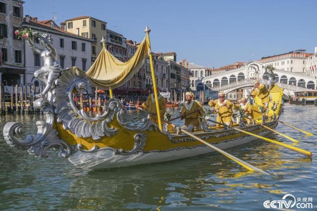 意大利威尼斯举办传统赛船节