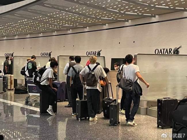 """武磊机场遇日本球员返欧 感慨""""和亚洲强队差距大"""""""
