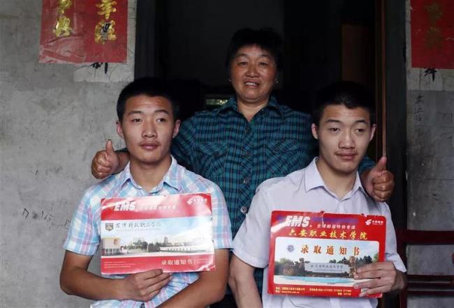 脑瘫双胞胎兄弟考上大学,背后这个女人了不起!