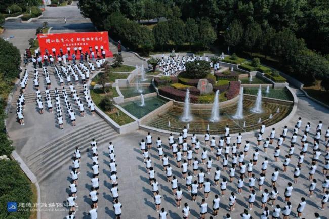 今天,建德教师楷模沈煜如铜像在新安江中学正式落成揭幕!