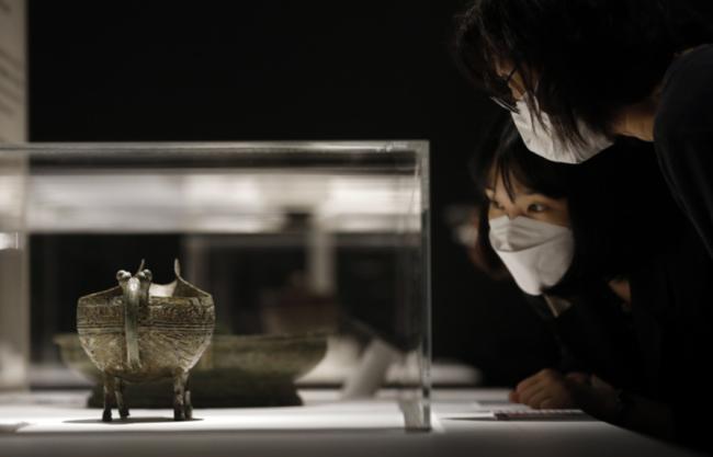 韩国博物馆展出67件中国青铜器跨度两千年(现场)