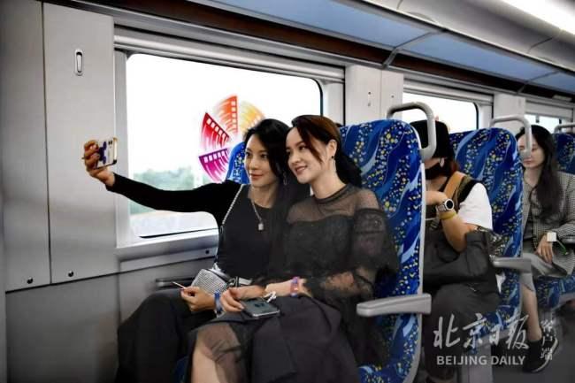 """群星搭乘市郊铁路参加北影节,""""最长""""红毯铺到清河火车站"""