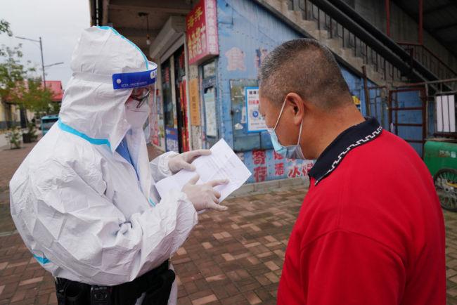 新华全媒+丨他们坚守社区疫情防控一线
