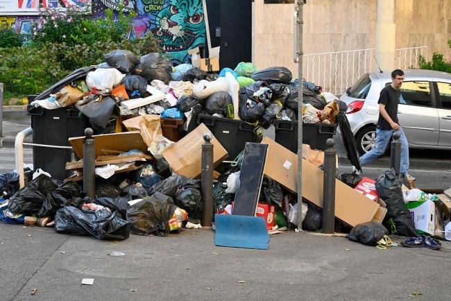 法国马赛清洁工集体罢工 街头垃圾堆积成山