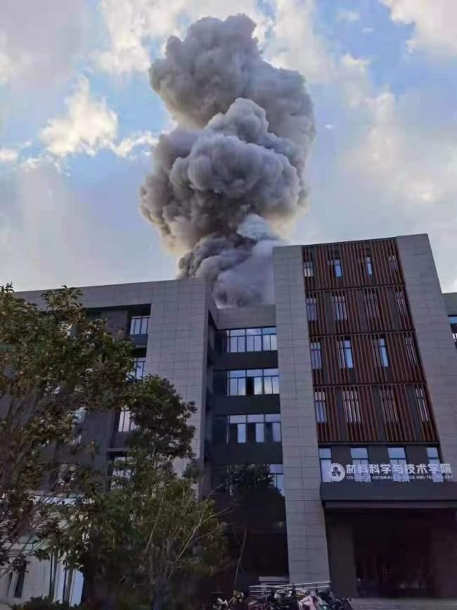 南京一高校爆燃致2死9伤 有人听到不止一次爆炸声