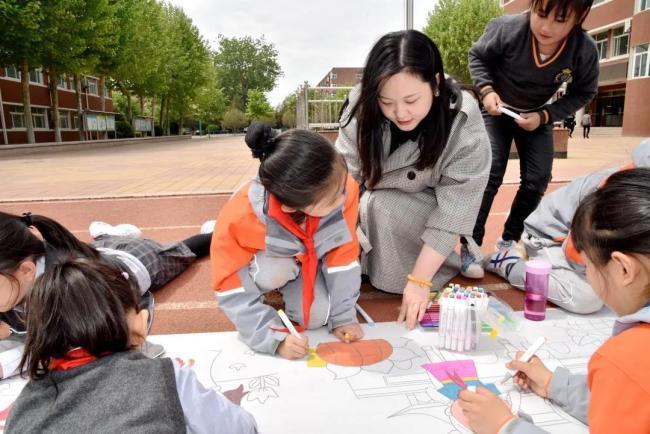 百名学子、百米长卷、百年历程——山师齐鲁实验学校学生用画笔表达对党的热爱之情