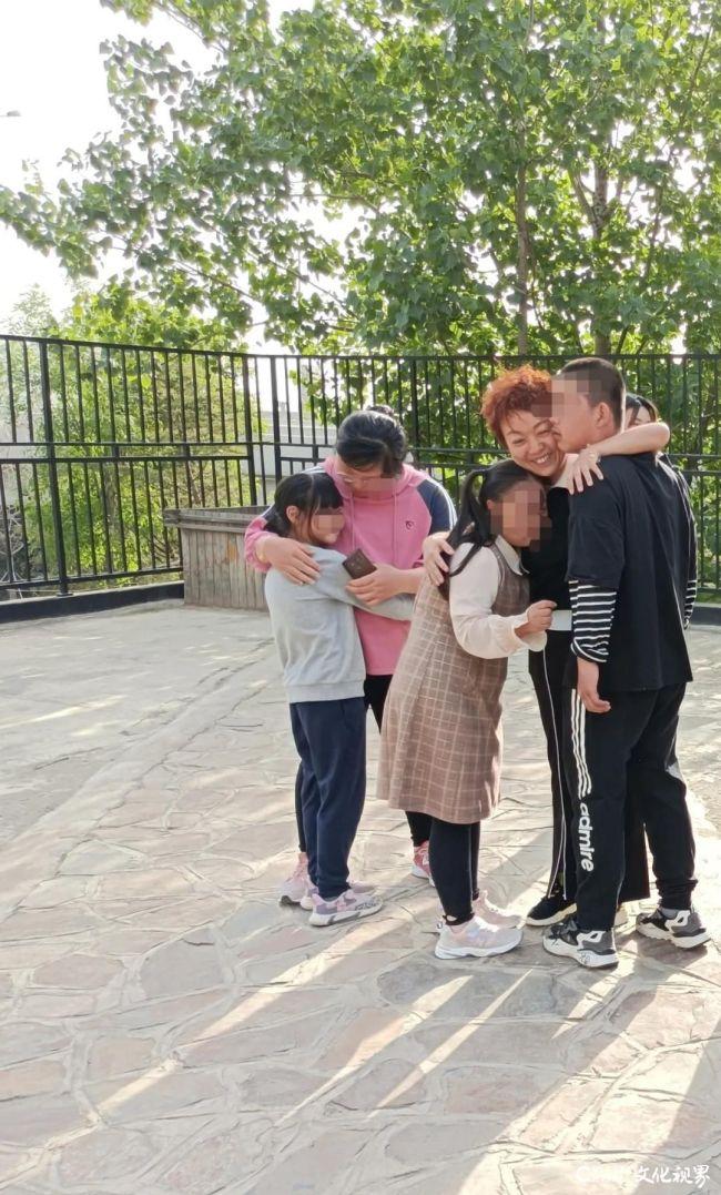 """从资深记者到50多个自闭症孩子的""""妈妈"""",张洪波走出了一条艰辛的""""大爱""""之路"""