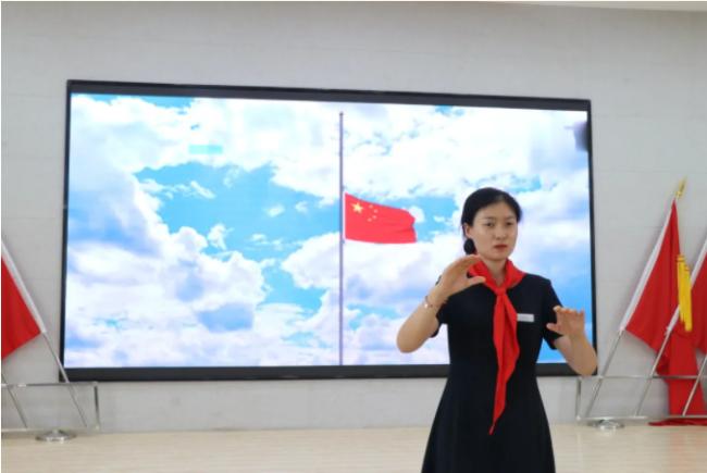 """济南高新区劝学里小学举行""""红领巾心向党·争做新时代好队员""""一年级入队仪式"""