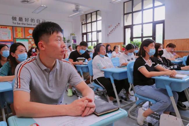 落实五项管理,促进个体发展 济南市历山学校举行三四五年级家长会