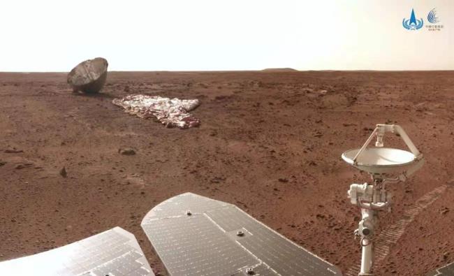 """国家航天局发布最新火星影像:祝融号近距离""""看""""降落伞与背罩"""