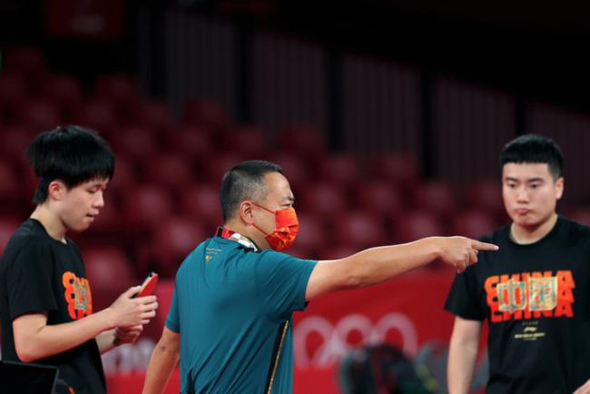 刘国梁用脚丈量东京奥运乒乓球场馆:场地小了,担心运动员跑动安全