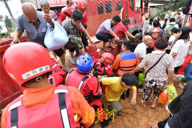 山东消防转战开封尉氏县 22日营救转移受困群众1196人