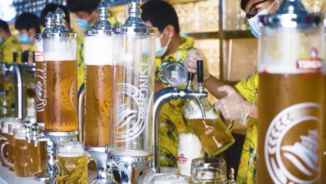 """不过滤,不稀释,不杀菌——逛青岛啤酒节,品尝""""以往酿酒师才能喝到""""的青啤原浆"""