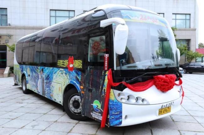 """这就是山东·威海丨威海46路""""网红""""观光巴士变身浪漫婚车,""""硬核婚礼""""带火""""中国最美迎亲路"""""""
