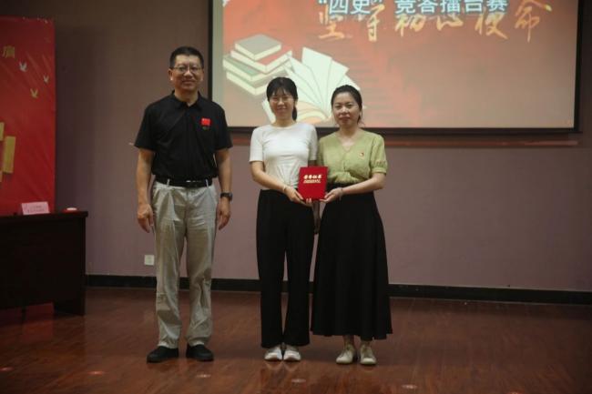 陕能院党委书记刘予东为一等奖、总擂主教学党总支代表队颁发荣誉证书