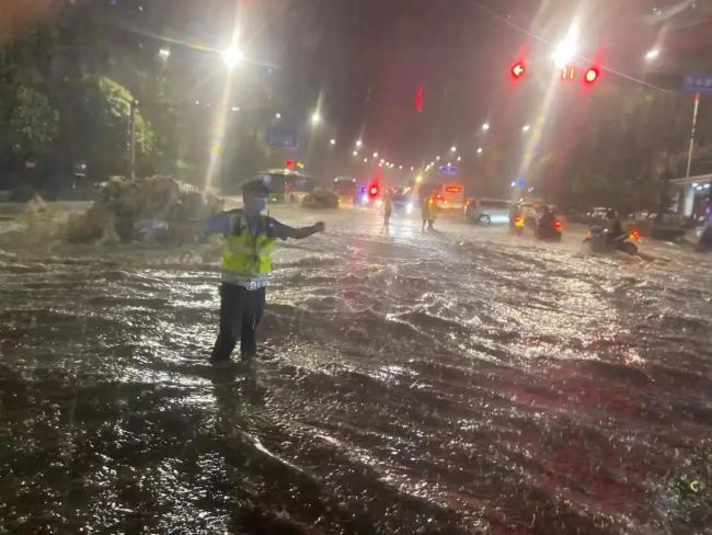 8月3日晚西安突降暴雨,多条道路积水严重