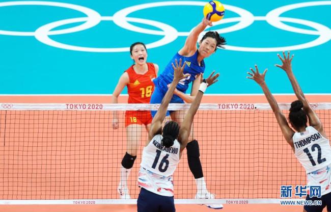 7月27日,中国队球员朱婷(中上)在比赛中扣球。