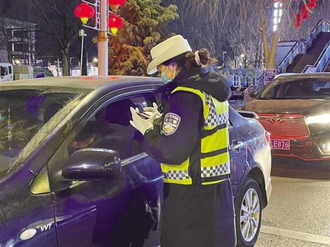 拉萨交警正在检查驾驶人证件。