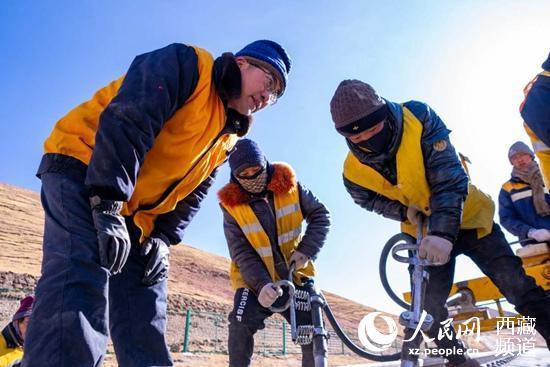守望唐古拉山15年,他为青藏铁路做路石