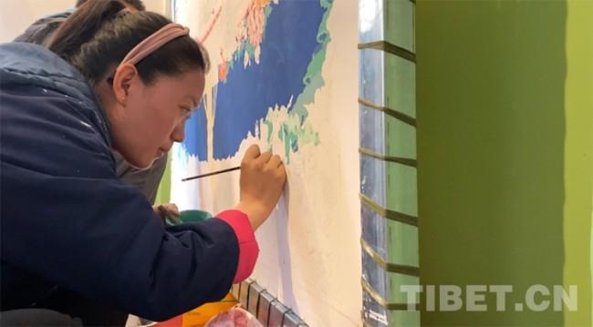 图为尼玛仓拉正在绘制唐卡 摄影:王媛媛