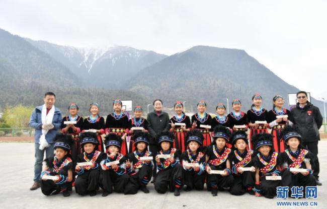 """3月30日,米林县中学师生代表展示""""U+校餐计划""""捐赠给他们的便携餐具。新华社记者 孙瑞博 摄"""
