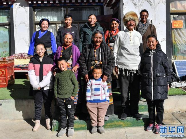 达确(中)一家人的合影(1月14日摄)。新华社记者 晋美多吉 摄