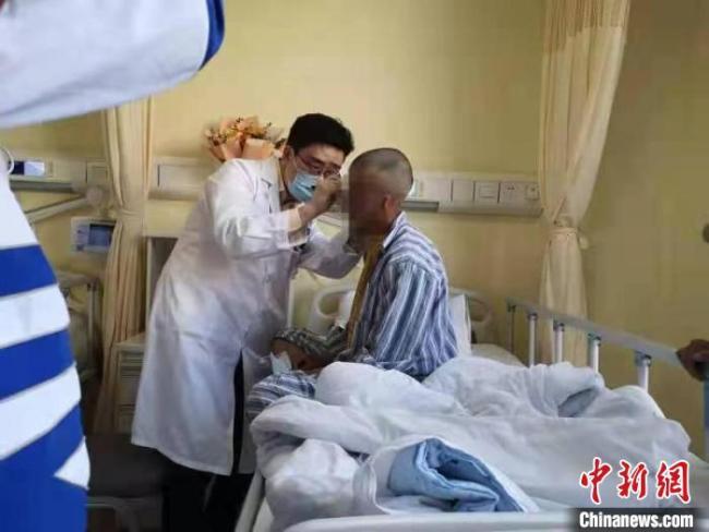专家精心诊治藏族小患者。 上海交大医学院 摄