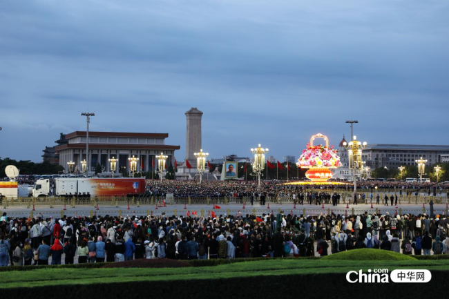 西藏基层干部赴京参观培训班学员今天来到在天安门城楼,在东观礼台观看2021年10月1日国庆升旗仪式。(编辑 柳文婷 摄影 赵瑜)