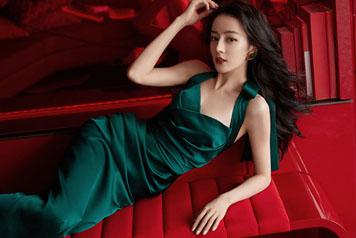 迪丽热巴墨绿色长裙惊艳亮相