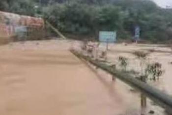 泥沙冲入巴陕高速收费站