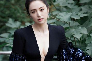 41岁董璇穿深V亮片礼服大秀好身材
