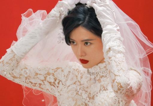 復古新娘喬欣紅唇誘人