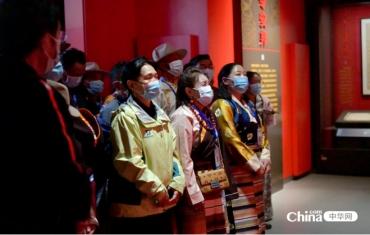 西藏基层干部赴京学习班学员参观主题展